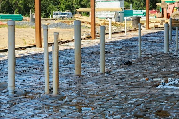 Système d'assemblage de tuyaux d'égout en pvc de tuyaux sanitaires dans le sol dans une nouvelle maison