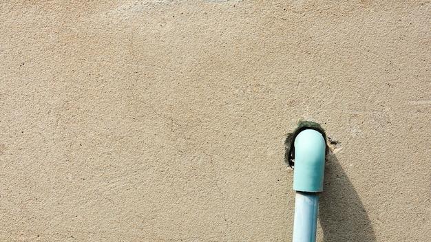 Système de canalisation d'eau en plastique bleu à installer sur le vieux mur de béton brun