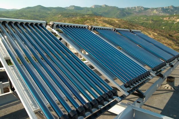 Système de chauffage de l'eau solaire sous vide sur le toit de la maison.