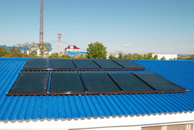 Système de chauffage solaire de l'eau sur le toit de la maison.