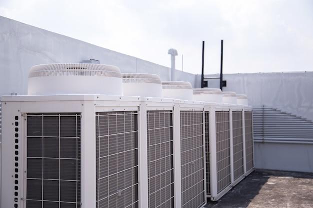 Système de climatisation centrale installé sur le toit de l'immeuble