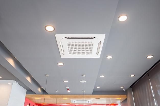 Système de climatisation de type cassette monté au plafond moderne dans un café
