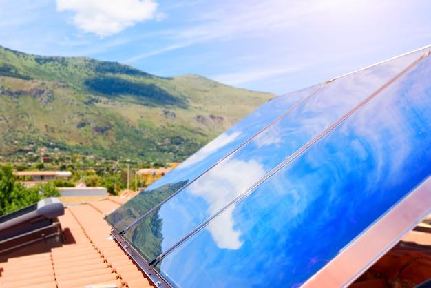 Système d'énergie renouvelable avec panneau solaire pour l'électricité et l'eau chaude