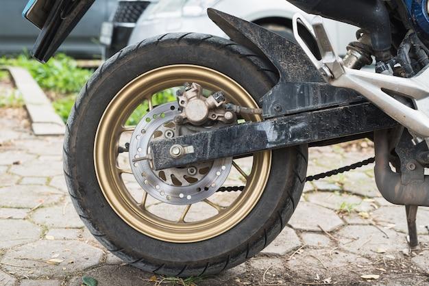Système de frein à disque sur une roue arrière de moto