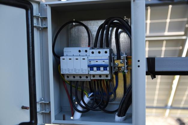 Système de gestion de batterie solaire. contrôleur de puissance, charge des panneaux solaires. traqueur solaire.