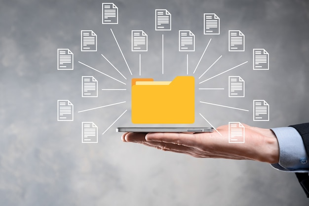 Système de gestion de documents dms .l'homme d'affaires détient l'icône du dossier et du document.logiciel pour l'archivage, la recherche et la gestion des fichiers et des informations d'entreprise.concept de technologie internet.sécurité numérique.