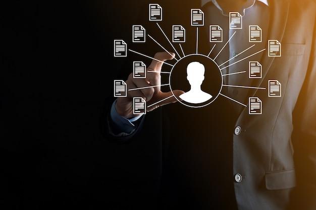 Système de gestion de documents dms. l'homme d'affaires détient l'icône de l'utilisateur et du document. logiciel d'archivage, de recherche et de gestion des fichiers et des informations d'entreprise. concept de technologie internet. sécurité numérique.