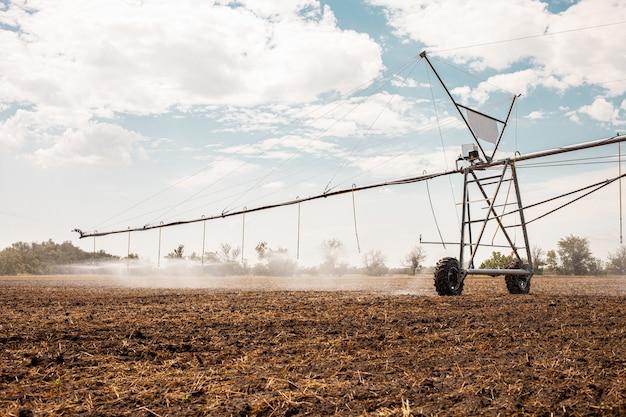 Système d'irrigation déplacé sur le champ d'un agriculteur.