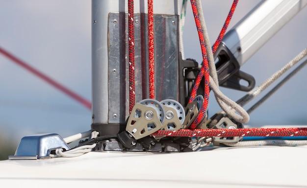 Système poulie et corde à la base du mât