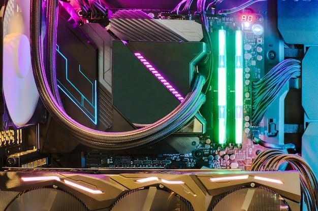 Système de processeur de ventilateur de refroidissement avec lumières multicolores