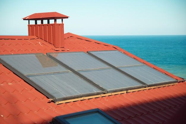 Système solaire sur le toit de la maison rouge
