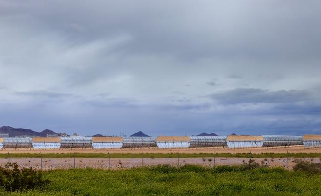 Systèmes de chauffage de l'eau des capteurs solaires du soleil d'une station thermoélectrique