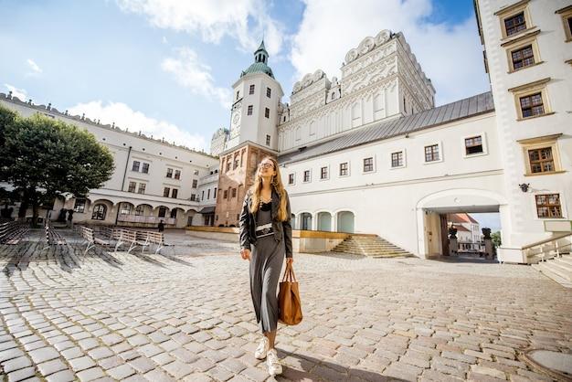 Szczecin, pologne - 13 août 2017 : femme debout dans la cour intérieure du château ducal de szczecin. ce château est l'un des principaux centres de la vie culturelle de la poméranie occidentale
