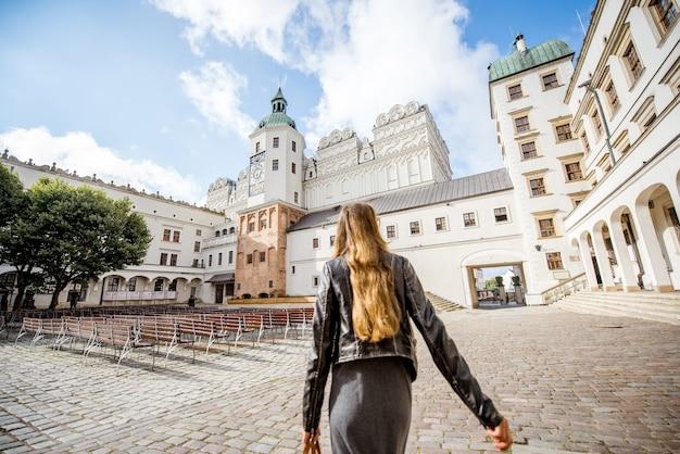 Szczecin, pologne - 13 août 2017 : femme marchant dans la cour intérieure du château ducal de szczecin. ce château est l'un des principaux centres de la vie culturelle de la poméranie occidentale