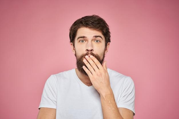 T-shirt blanc homme barbu gai vue recadrée fond rose