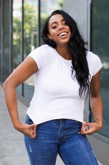 T-shirt blanc streetwear femme grande taille vêtements de mode shoot en plein air