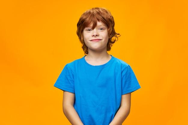 T-shirt bleu beau garçon cheveux roux vue de face jaune