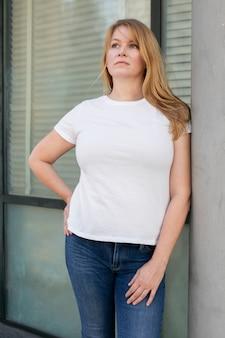 T-shirt grande taille blanc basique tenue décontractée pour femme shoot en extérieur