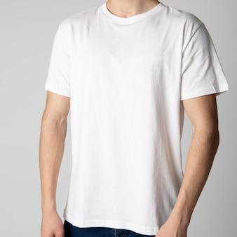 T-shirt homme blanc sur un modèle masculin sur une surface blanche.