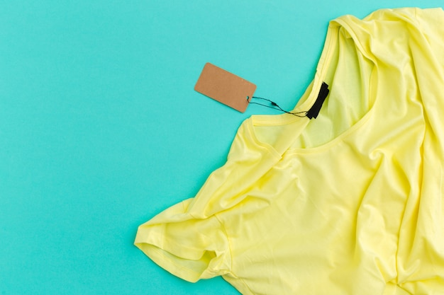 T-shirt jaune avec vue de dessus d'étiquette vierge