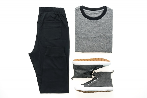 T-shirt avec pantalons et chaussures
