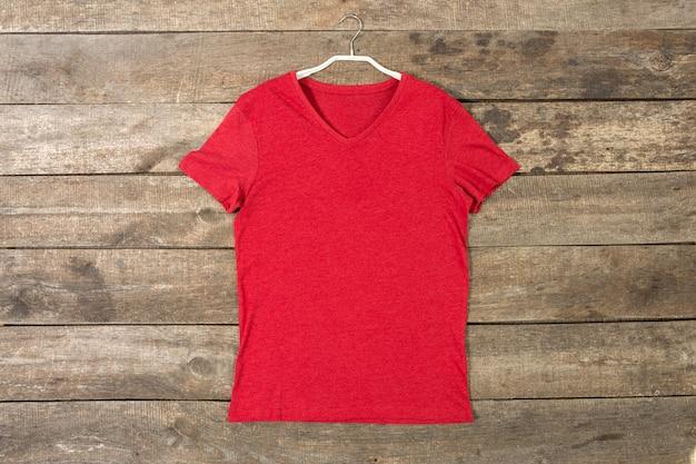 T-shirt sur planche de bois