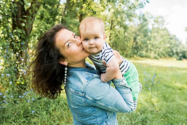 T-shirt rayé mignon bébé garçon caucasien. pique-nique dans le parc d'été.