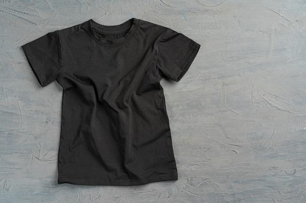 T-shirt uni de couleur noire avec copie espace close up