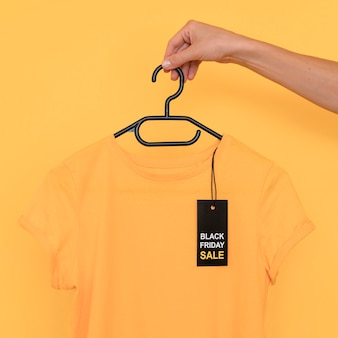 T-shirt vente vendredi noir sur cintre