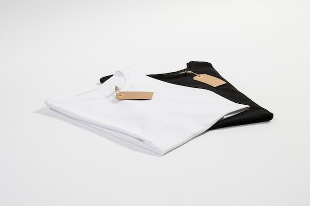 T-shirts blancs et noirs