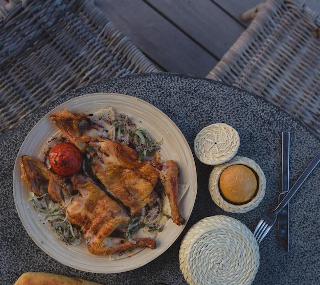 Tabacca de poulet au romarin avec œuf à la coque.