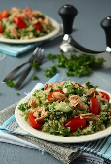 Tabbouleh salade avec quinoa, saumon, tomates, concombres et persil