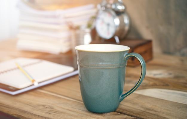 Table d'affaires avec une tasse de café.