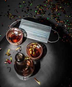 Table avec alcool et masque facial