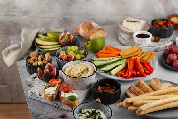 Table à angle élevé pleine d'un arrangement de nourriture délicieuse