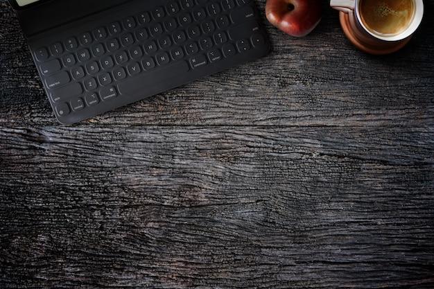 Table d'appoint en bois rustique avec tablette, tasse à café, fruit pomme rouge et espace de copie