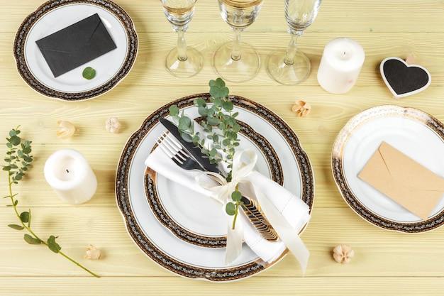 Table avec assiettes et couverts, vue d'en haut