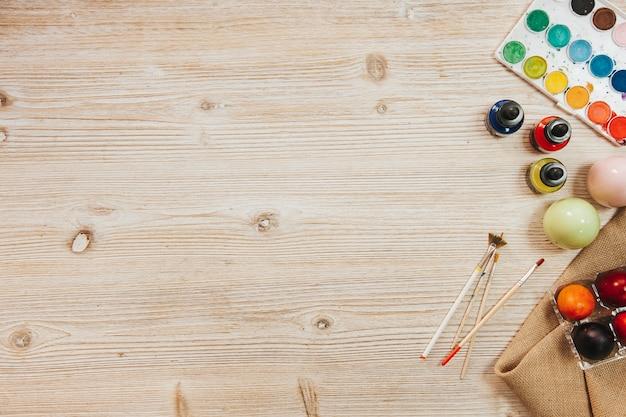 Table d'atelier avec peintures et oeufs