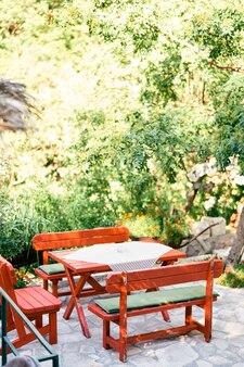 Table avec bancs se dresse dans un jardin verdoyant