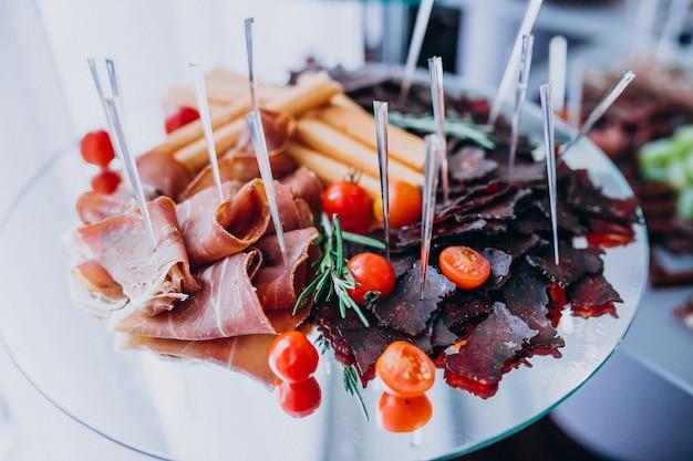 Table de banquet décorée avec des collations lors d'un mariage