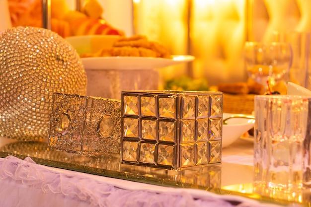 Table de banquet décorée festive avec un bouquet et un décor
