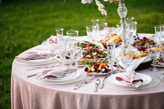 Table de banquet nature en plein air sertie de bougies