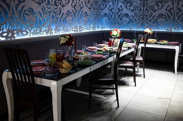 Table de banquet avec nourriture et boissons