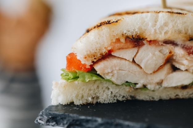Table de banquet de restauration joliment décorée avec différentes collations alimentaires et apéritifs avec sandwich
