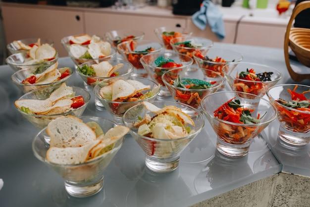 Table de banquet de restauration joliment décorée avec différentes collations et amuse-gueules lors d'un événement d'entreprise de fête d'anniversaire de noël ou d'une célébration de mariage