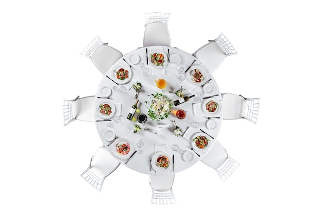 Table de banquet de restauration joliment décorée avec différentes collations et apéritifs. isolé sur fond blanc