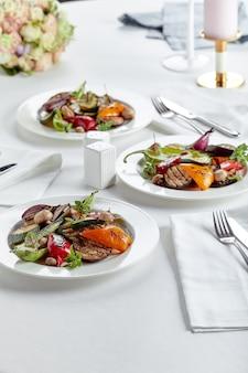 Table de banquet de restauration joliment décorée avec différentes collations et apéritifs.