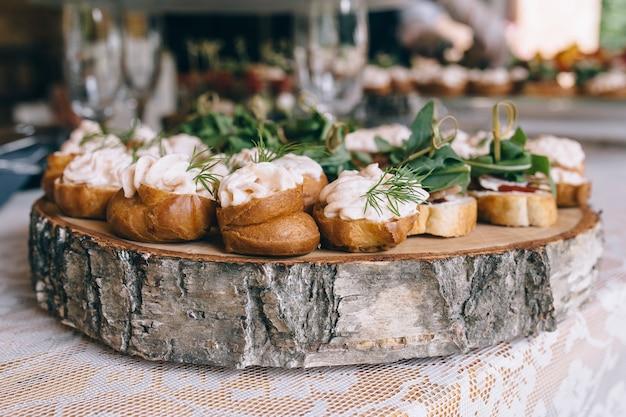 Table de banquet de restauration magnifiquement décorée avec différentes collations et apéritifs lors d'une fête d'anniversaire de noël d'entreprise ou d'une célébration de mariage