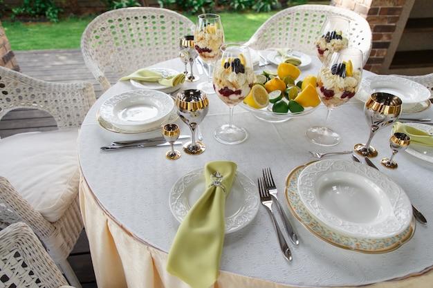 Table de banquet richement décorée