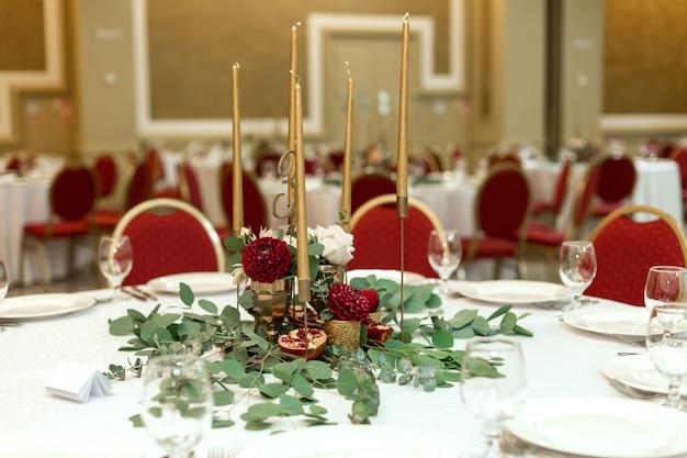 Table de banquet ronde décorée de façon festive dans le restaurant.